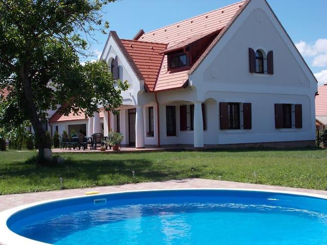 Stimmungsvolles Bauernhaus mit Pool - Nagyvázsony - Ev