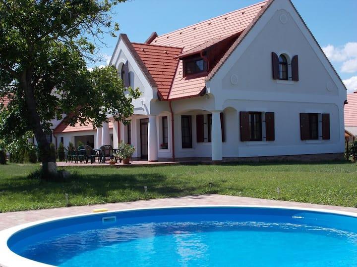 Stimmungsvolles Bauernhaus mit Pool