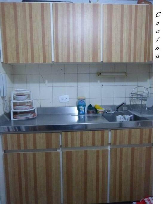 Cocina esta  equipada, con platos, vasos, cubiertos...