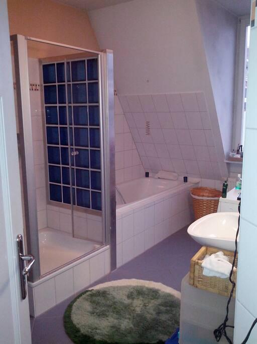 Riesiges Bad mit Dusche UND Badewanne