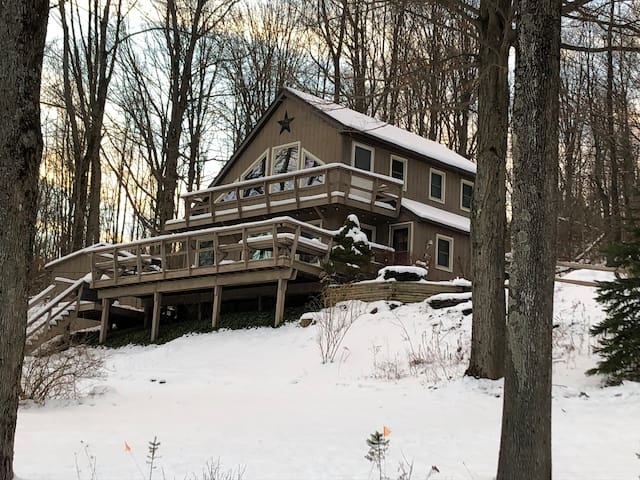 Cozy Chalet in the Woods. Only minutes from EVL.