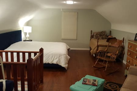 Quiet & HUGE Private Rm/Bath Near Route 66 & SIUE - Edwardsville
