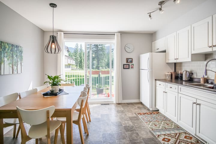 Bright & modern 2BR townhouse in central location