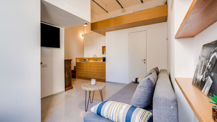 Newly renovated Loft studio apt close to the beach