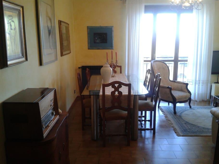 Zona pranzo del salotto, da su terrazzo e gode di molta luce naturale e di bellissima vista.