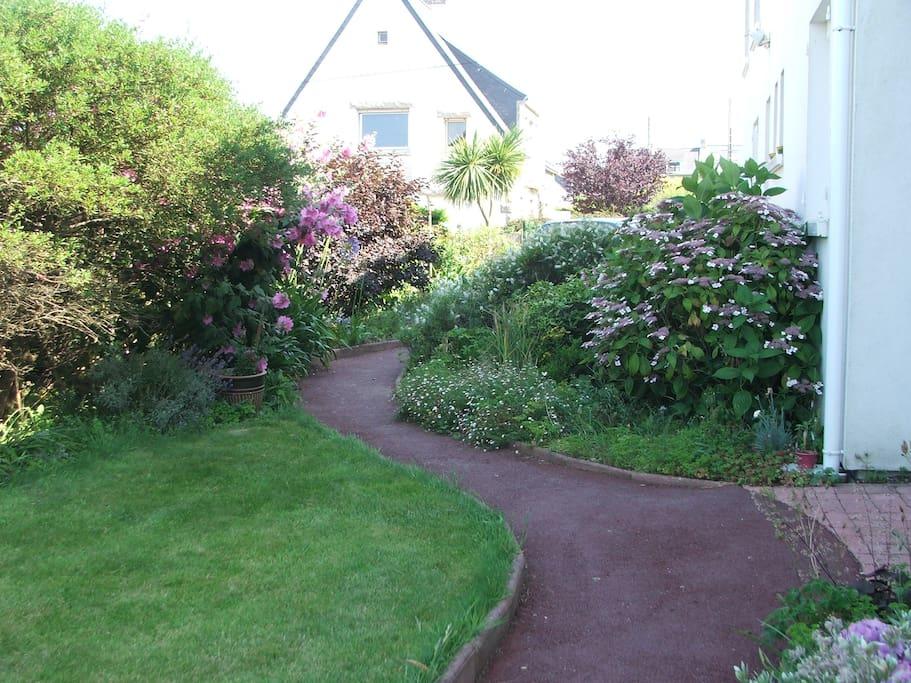 jardin fleuri avec allées de déplacements.