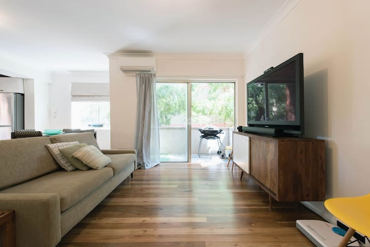 Comfy large one bedroom apartment - Bondi - Pis