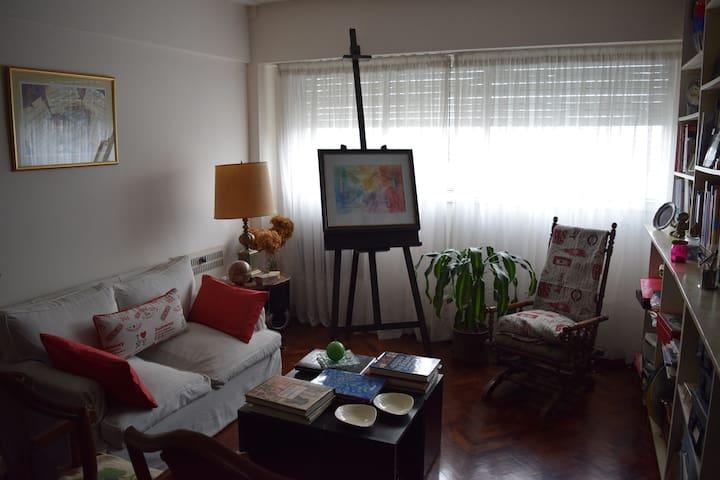 Habitación luminosa en departamento de artista
