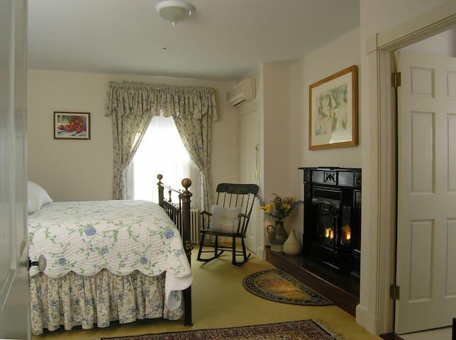 Sophie's Suite - Brampton Bed and Breakfast Inn