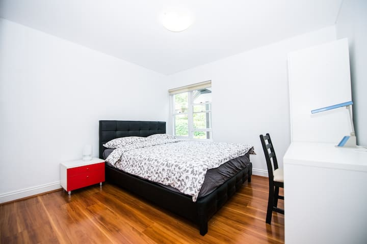One Medium Room in Quiet and heart of Chatswood