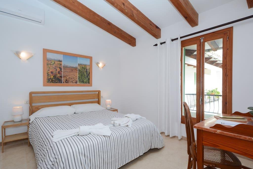 Habitación doble con cama matrimonial amplia y luminosa del segundo piso