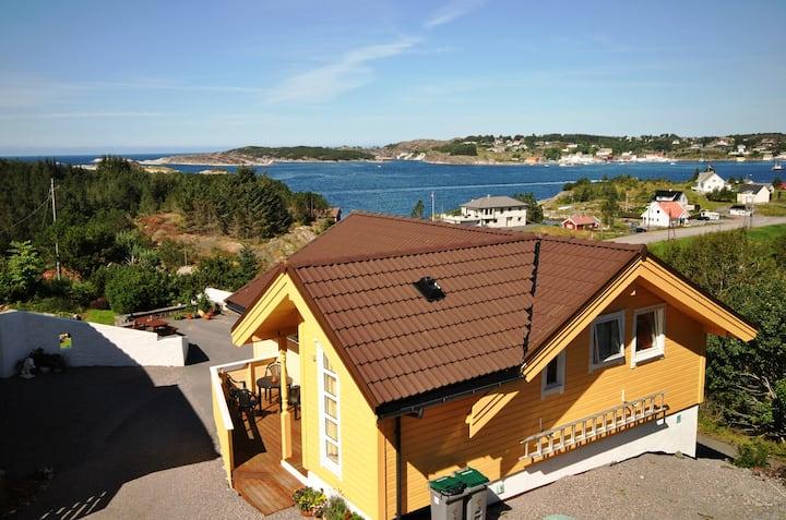 Hus med havutsikt og båt
