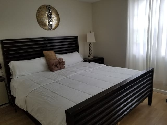 Nice Room 3 mins away from the Mall.