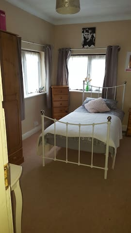 A lovely single bedroom - Worcester - Huis