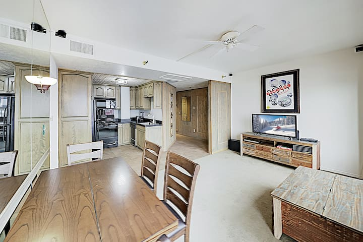 Downtown Condo w/ Views - Walk to Lifts!