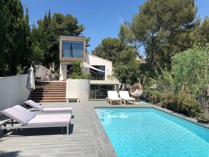 Villa architecte 5min à pied du centre av piscine