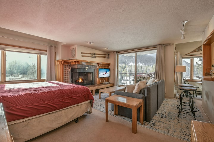 Studio in Prime location on Keystone lake! King bed! Full Kitchen! Private grill! Easy shuttle ride to lifts, Lenawee 1728