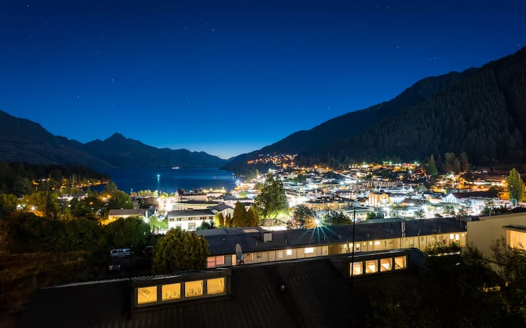 Contemporary and spacious Queenstown Apartment - ควีนส์ทาวน์ - อพาร์ทเมนท์