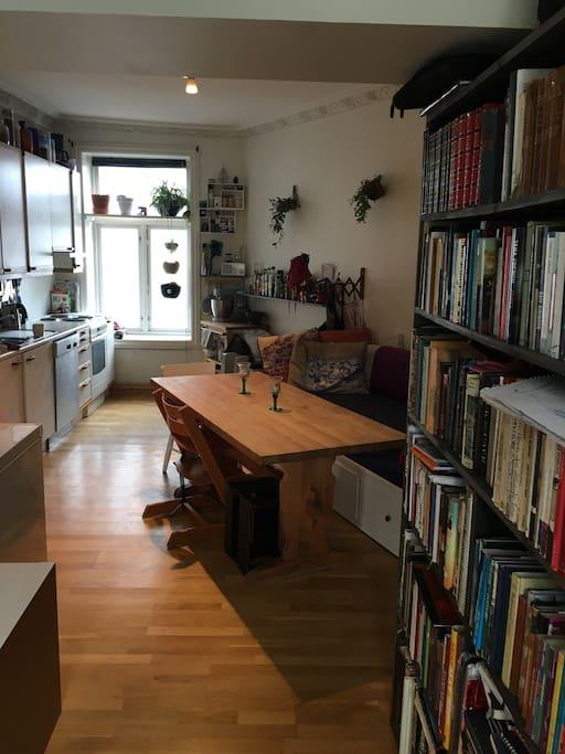 Kjøkken sett fra stua( flere stoler tilgjengelig!)
