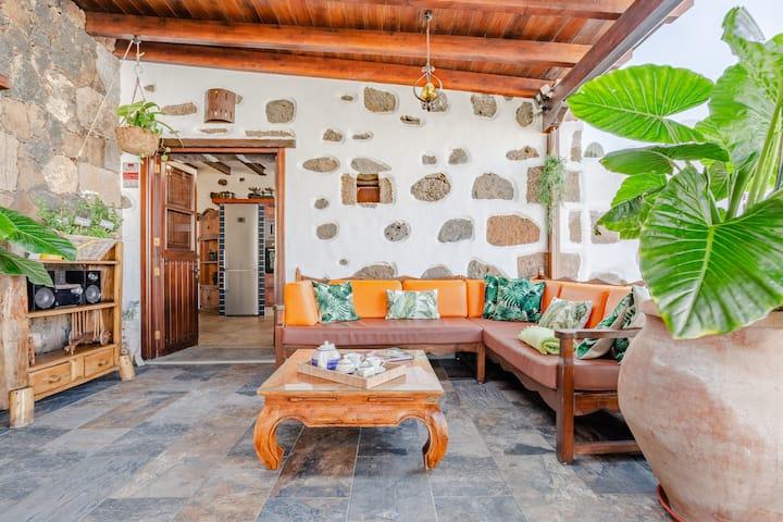 Emblemática casa rodeada de espacios naturales junto al Timanfaya