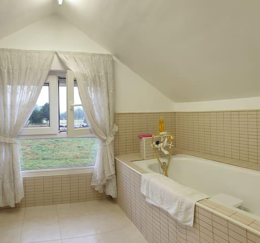 Bañera en zona agaterada. No recomendable para personas altas. Elige otra habitación entre las opciones disponibles en mi perfil.