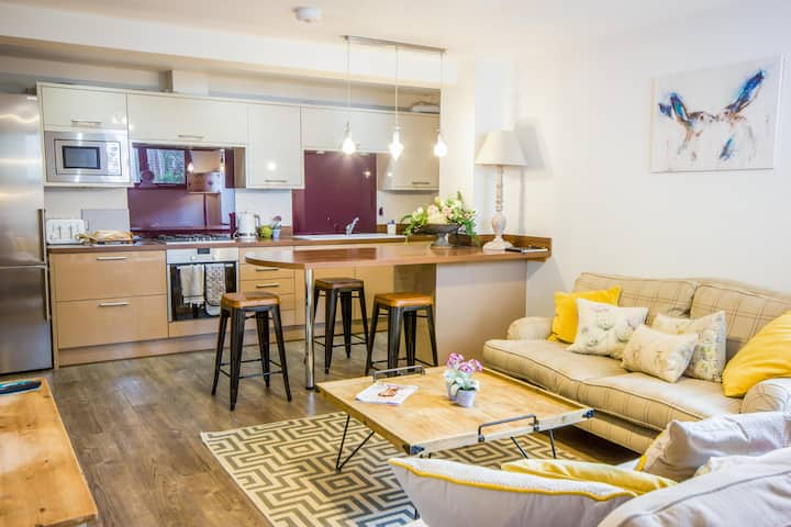 Luxury 2 bed apartment in popular Golden Triangle