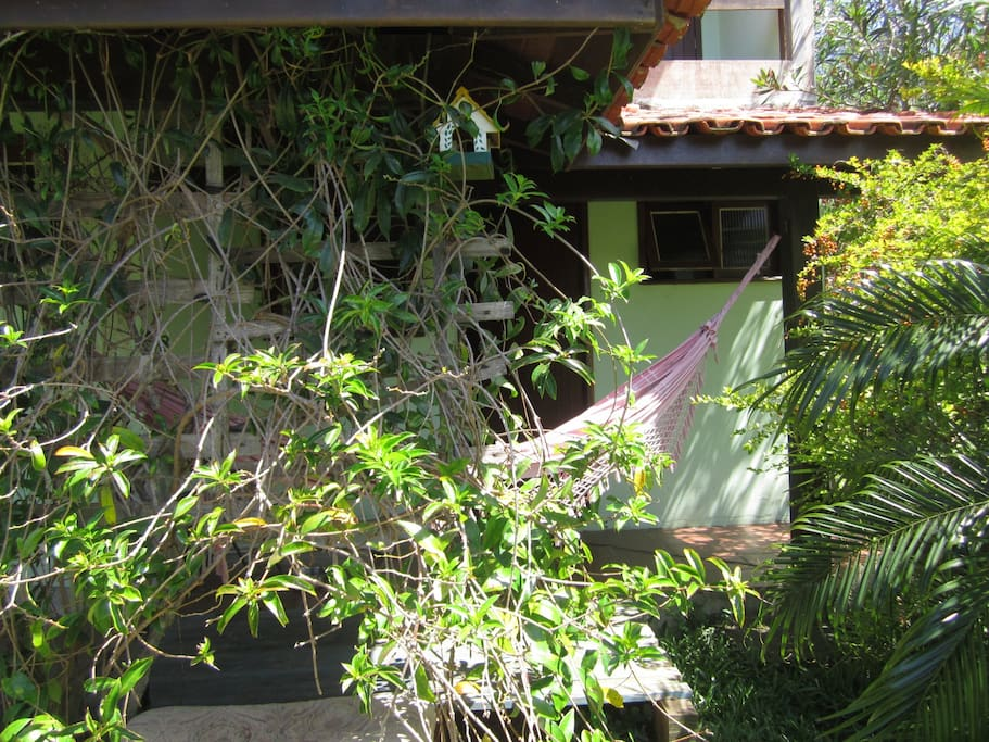 Fundos da casa, com casinha de pássaros!