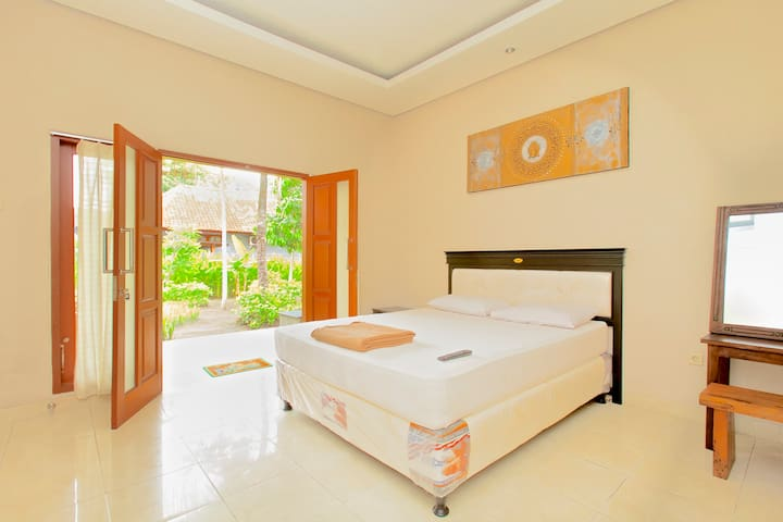 Meka Sari Beach Inn- Legian Beach - Kuta - Bed & Breakfast