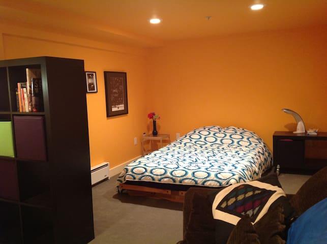 Central East Side: comfy suite