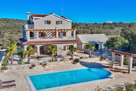 Villa con piscina terrazzo giardini