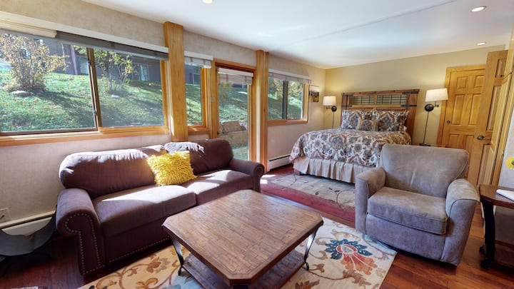 Ski-in, ski-out premier studio ~ Laurelwood 404