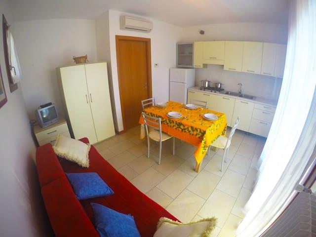 soggiorno-cucina con divano letto