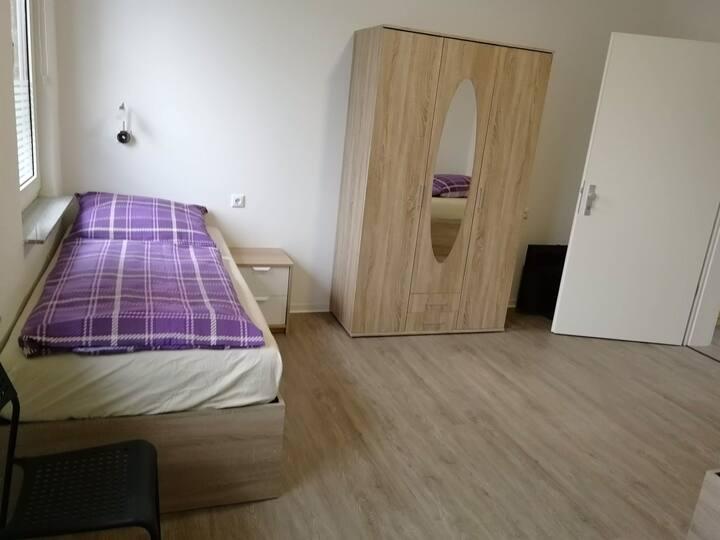 Einzelzimmer mit eigenem Duschbad und 2 Betten