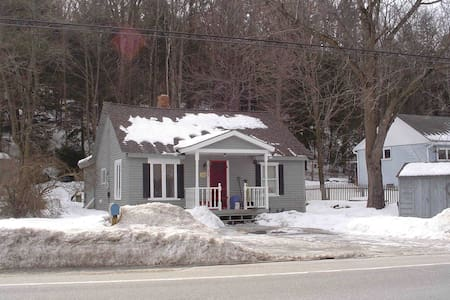COZY CABIN AT BASE OF MT SUNAPEE! - Sunapee - Hus