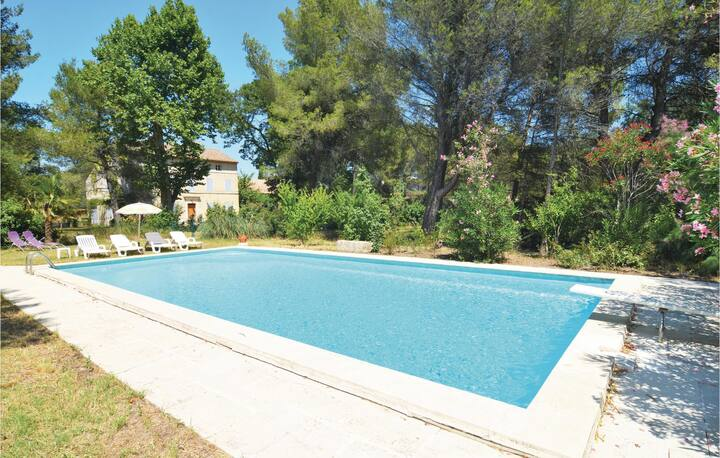 Nice apartment in Saint-Rémy-de-Provence with Outdoor swimming pool, WiFi and 1 Bedrooms