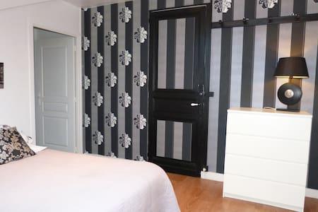 BnB-Chambre d'hôtes Black and white - La Roche-Chalais