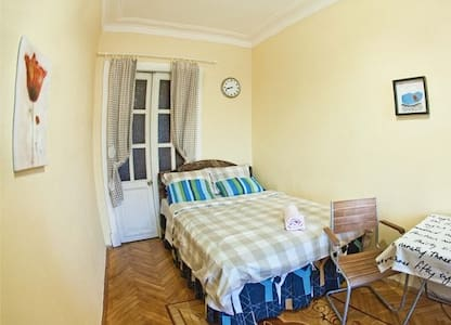 A bed in a cozy apartment - San Pietroburgo