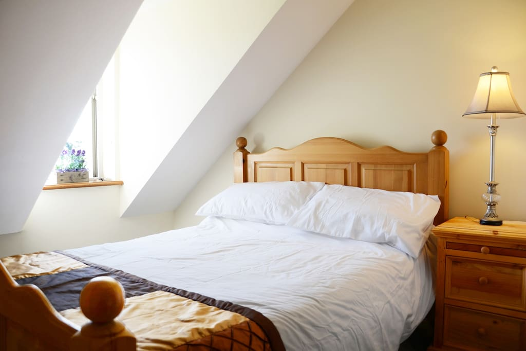 Spacious room with lots of light and double bed
