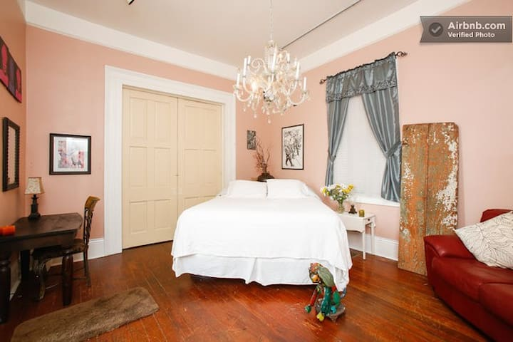 "Frenchmen House ""Rose Room"""