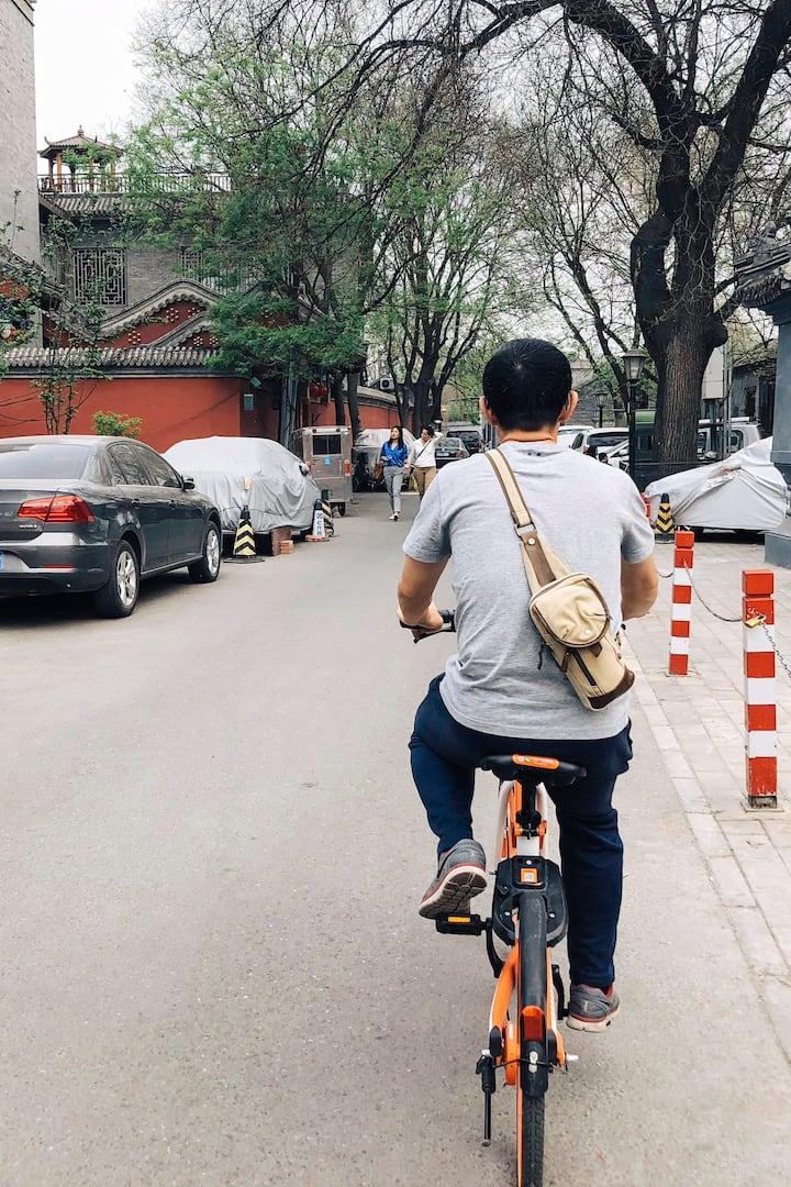 骑行于北京胡同
