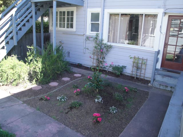 Courtyard Garden w/ Walk-in Closet