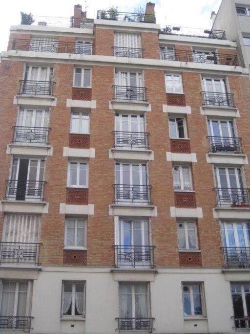 Immeuble 1930 et le charme des façades en briques.