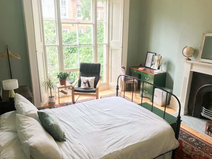 Victorian DBL room on private floor! Free parking!