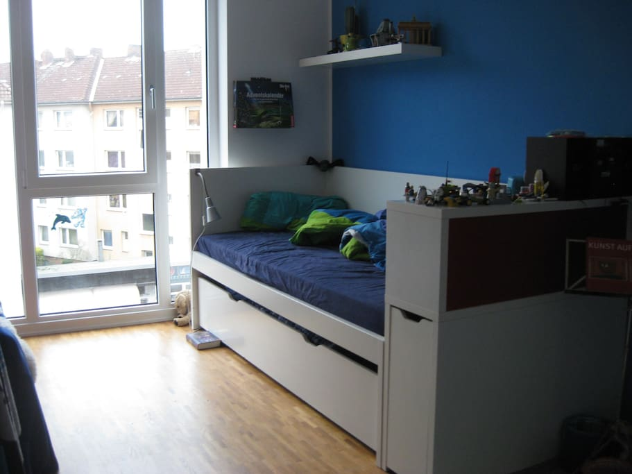 Kinderzimmer, Bett mit unten ausziehbarem zweiten Bett