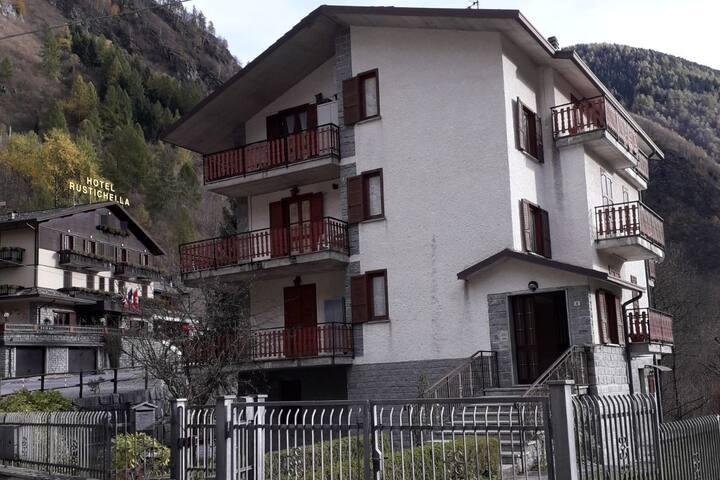 Ampio Appartamento con giardino in Val Masino