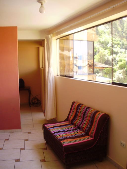 Una pequeña sala con cocineta