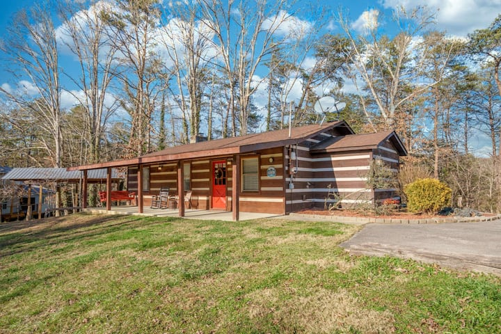 Wooded Bliss: Hot Tub, Single level Cabin with no Steps, Rocking Chairs, Fire Pit, and Wooded Views!