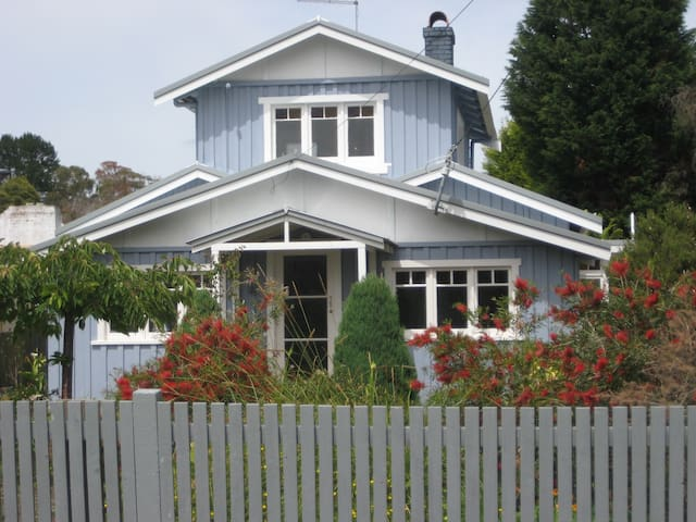 The Blue House - on the Tamar River - Swan Point - Rumah