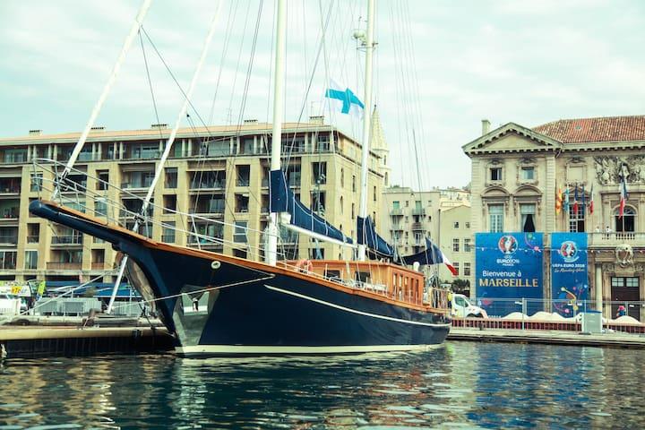 Voilier Majestueux au Vieux Port de Marseille - Marseille - Boot