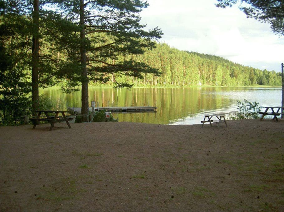 Lake with strand, jetty, picknick/grill place, dressing rooms, dry toilet.